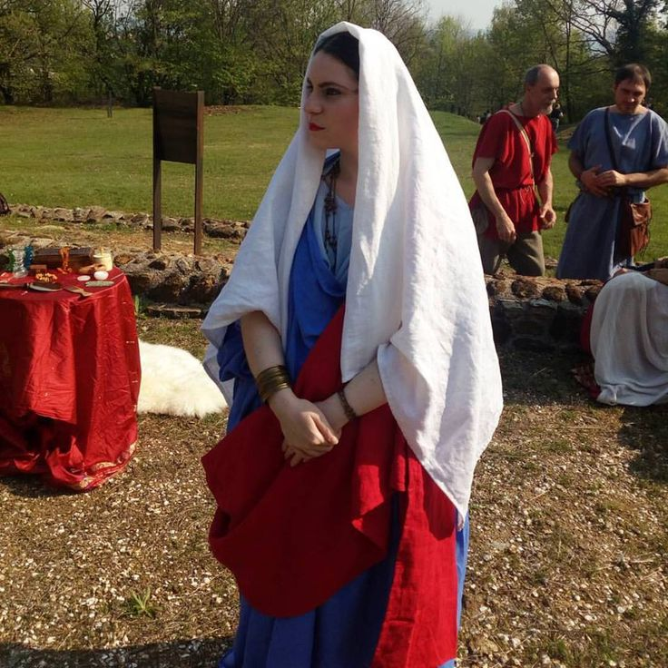 Ancient Roman outfit with linen stola, tunic, palla and veil by Danielle Fiore of Il Fiore Nero