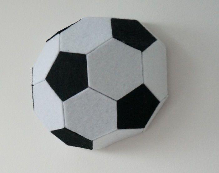 3D muursticker van een voetbal. Super leuk om de kamer van mee te decoreren. Merk: 3dmuurstickers