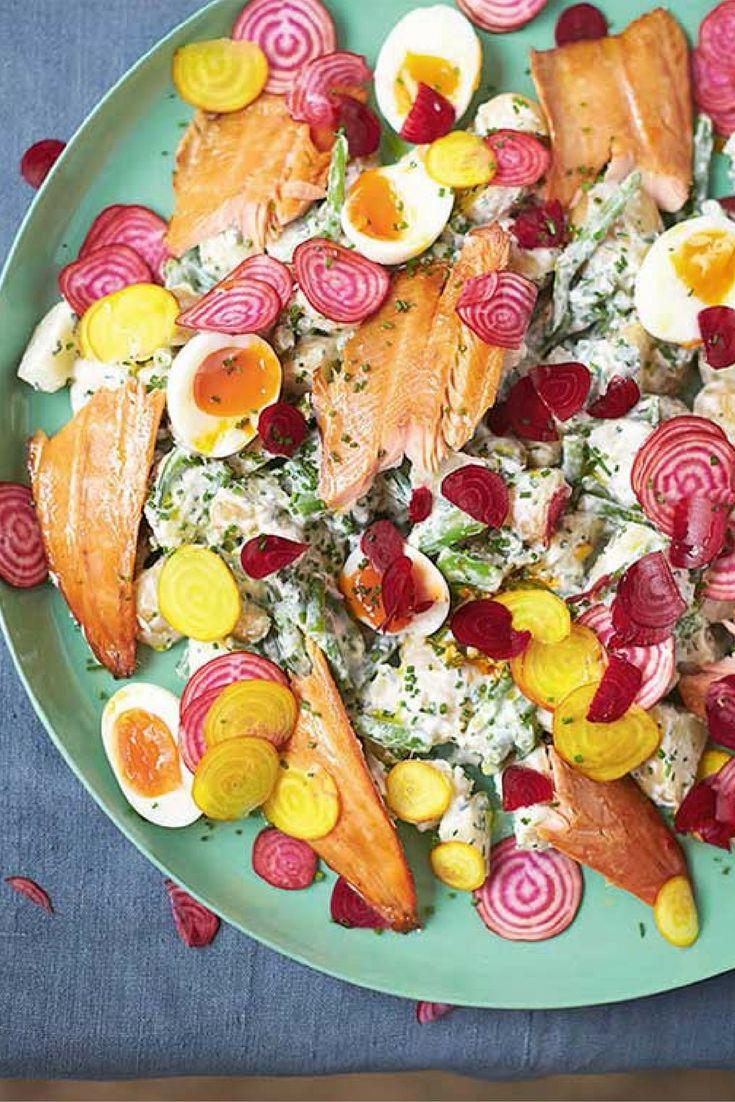 Het recept voor deze forelsalade van Jamie Oliver, met krieltjes, bietjes en zachtgekookt ei, komt uit het boek 'Super food voor familie en vrienden'. Forel is een briljante bron van eiwitten, die nodig zijn voor herstel en ontwikkeling van spieren. De vitamine D laat de spieren beter presteren – een ideale maaltijd voor sporters dus!