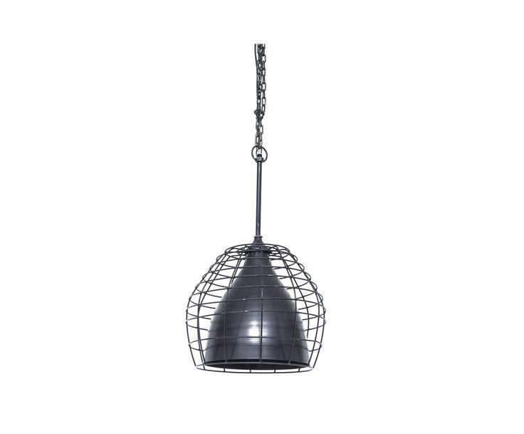 De Infineon is een stoere hanglamp, uitgevoerd in zwart antiek en omhuld met een raster, dat de lamp een bijzondere uitstraling geeft. In deze zelfde serie vindt u ook haar kleinere broertje, die een smallere doorsnede heeft. Broer en zus zijn daardoor eenvoudig te combineren in vele interieurstijlen en verschillende ruimtes.