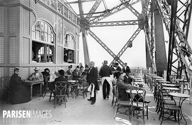 Exposition universelle de 1900, Paris. Le restaurant au premier étage de la tour Eiffel.