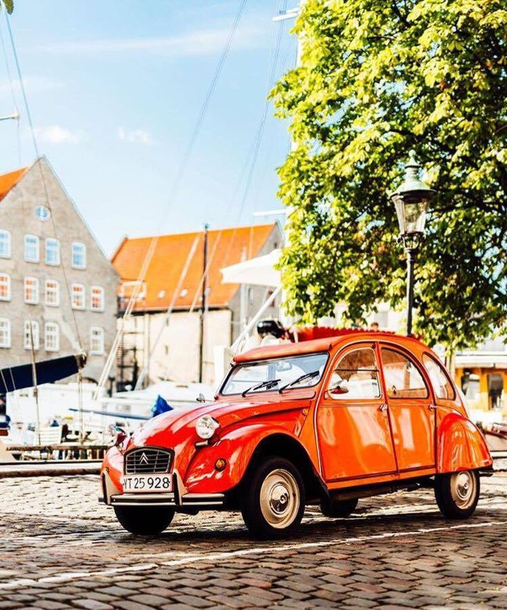 Discovering the beautiful city of Copenhagen with an original #2CV, a mix of 2 cultures during only one ride! Thanks @koebenhavnsk for this picture!