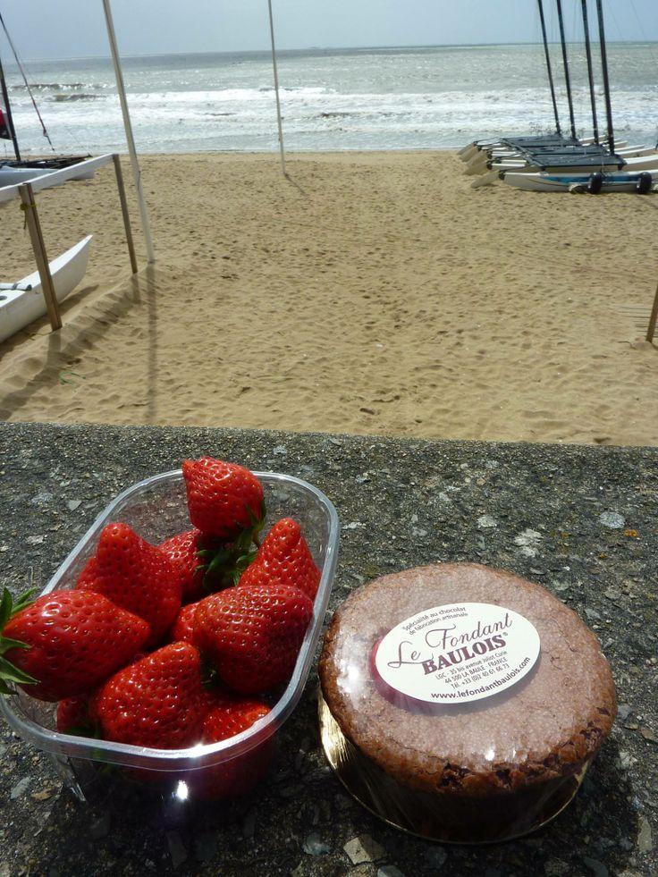 Quelques fraises, un Fondant Baulois, et une plage : le bonheur. #Concours