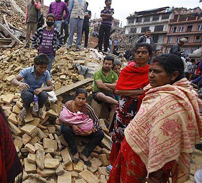 25 avril 2015 - Violent séisme au Népal : Un violent séisme a frappé samedi Katmandou et le centre du Népal, faisant des centaines de morts.  La secousse d'une magnitude de 7,9 a provoqué l'effondrement d'habitations et d'une tour historique du 19e siècle dans la capitale népalaise. Elle a déclenché des avalanches meurtrières sur le mont Everest.
