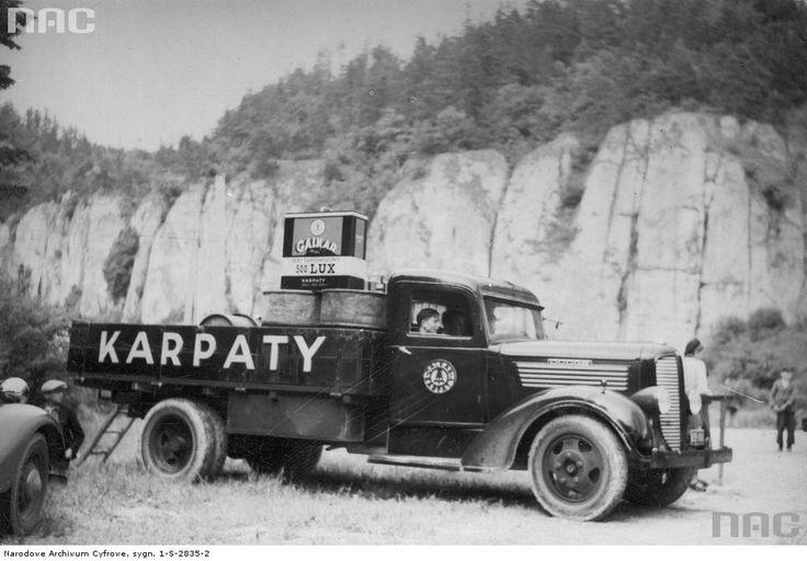 """Samochód ciężarowy firmy """"Galkar Karpaty"""" z olejem i paliwem dla uczestników wyścigu w Ojcowie w czerwcu 1938 r."""