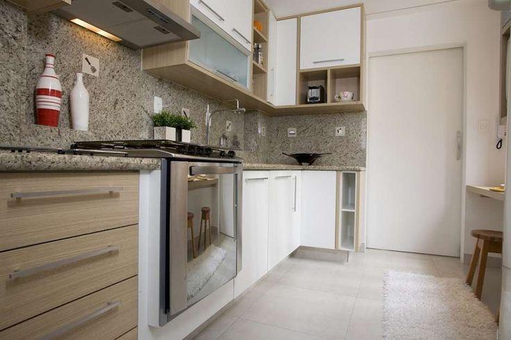 A cozinha, projetada pelo escritório Tieppo & Gonzalez, tem o chão revestido com porcelanato creme. Os móveis são brancos e a bancada em granito preto São Gabriel. No fundo, encontra-se uma torre de eletrodomésticos e adega climatizada. Telefone: (11) 3854-5654(11) 3854-5654 Foto: Divulgação