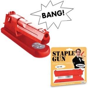 L'idée cadeau original du jour : L'agrafeuse pistolet fun ! A offrir à un collègue de bureau ou tout simplement pour vous-même, ce gadget insolite ne passera pas inaperçu ! Fini les agrafeuse simples et sans originalité, cette fois-ci, dès que vous agraferez vos feuilles, vous tirerez un coup de pistolet ! Pour le retrouver : http://www.pinklemon.fr ! Pinklemon, le zeste de cadeau original.
