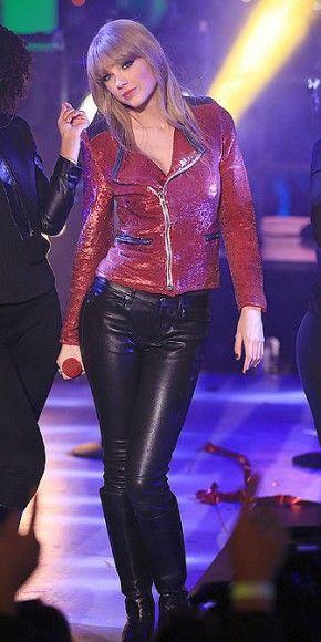 TAYLOR SWIFT    La cantante de 23 años brilló en el afamado concierto de fin de año, que se celebra en el Times Square de Nueva York, con esta chaqueta roja de lentejuelas de la marca IRO, que compaginó con unos ceñidos pantalones de cuero y botas de Jimmy Choo.