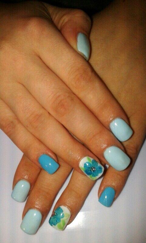 Unghie gel Blu e Azzurro con fiori secchi e strass