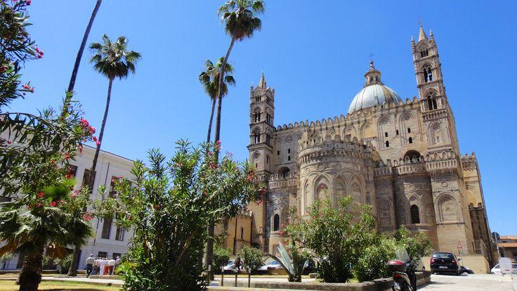 Entre Orient et Occident, Palerme est une ville étonnante. Depuis son origine, elle fut à la croisée des chemins des civilisations: Phéniciens, Grecs, Ro