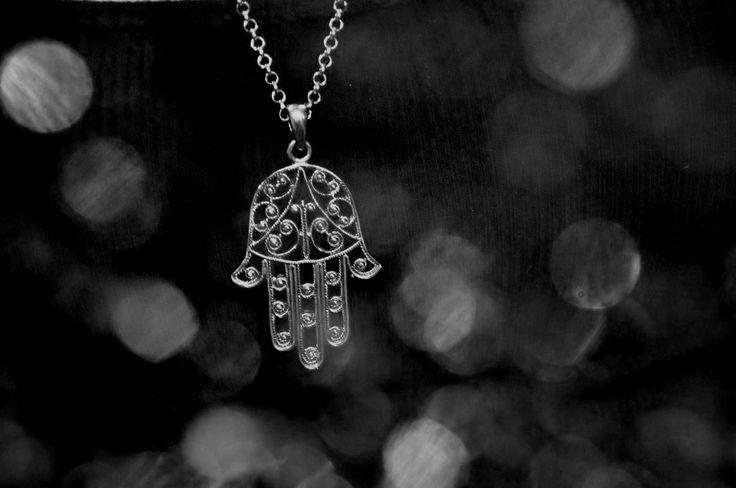 La mano di Fatima, anche nota come Khamsa, secondo la leggenda, è un potentissimo porta fortuna.  Se fino a qualche anno fa erano soltanto le donne musulmane a conoscerla ed indossarla, adesso la mano di Fatima è entrata a far parte anche della nostra cultura. L'abbiamo presa in prestito, riadattata al nostro gusto e trasformata in un oggetto di moda. Tantissime le versioni che si trovano in gioiellerie e bazar, moltissimi gli abbinamenti con materiali e pietre preziose.