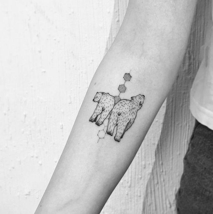 tattoo arm frau, kleine tattoo-motive, weiße bären mit geometrischen elementen