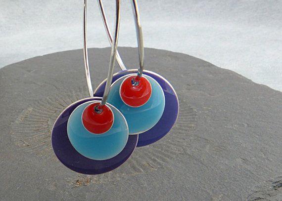 Boucles d'oreilles  tri-colore, disques en laiton avec epoxy rouge, bleu clair. :: Et en plus, je pourrai très bien trouver un moyen de les faire moi-même. Vivement juillet que j'aille à la droguerie!!