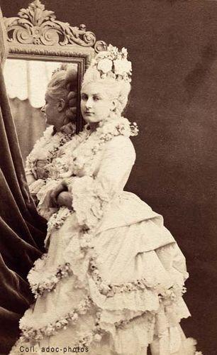 Amélie Latour Paris. Vers 1870.   Le modèle est Émilie Lyauté, dite Amélie Latour (1844 - ?), actrice et demi-mondaine.