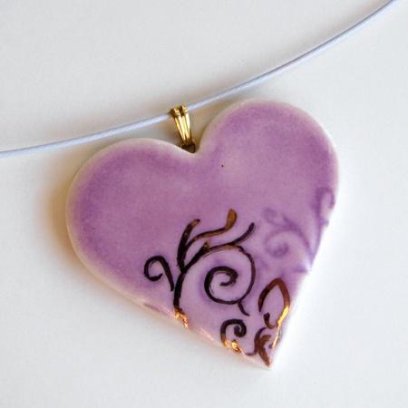 Hjertesmykke med gulldekor/ Heart pendant with gold. My favorites! Purple and gold!
