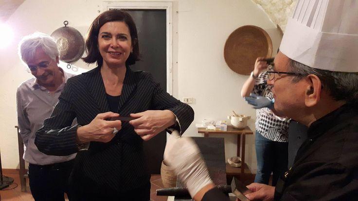La Presidenta della Camera Boldrini con il Maestro Iacono spezza una barretta di cioccolato di Modica