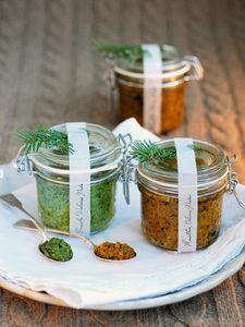 Rucola-Walnuss-Pesto mit Bergkäse (im Bild links)