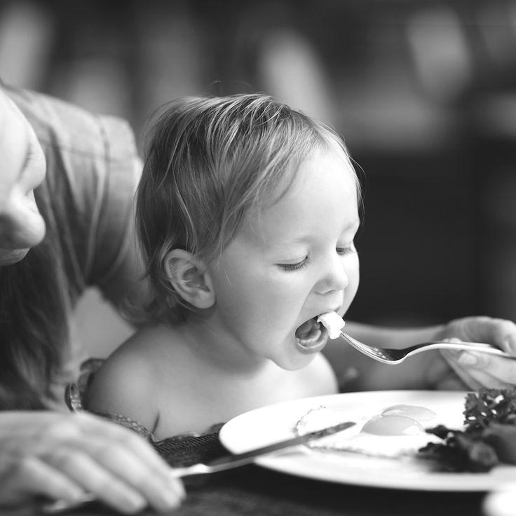 """Anouschka van der Schee werkt als begeleidster bij kinderdagverblijf de Wiebelwagen. Ze heeft de uitdaging op zich genomen om dit kinderdagverblijf als eerste in Nederland om te toveren tot een suikervrije oase. Haar ervaringen beschrijft ze voor ons in haar Wiebelwagen-blogs. Eten op de Wiebelwagen """"Here, zegent U dit lekkere eten, amen!"""" Meteen gaan alle …"""