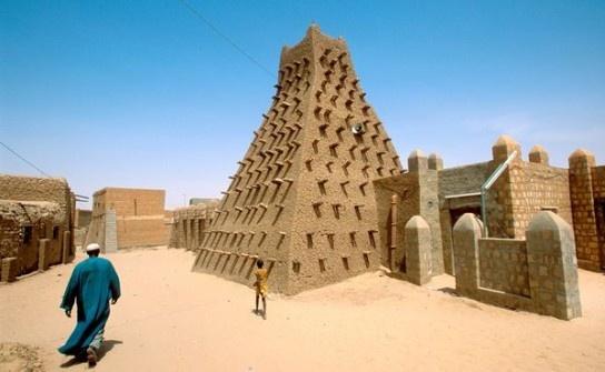 Timbuktu - Perła Afryki. W lipcu fundamentaliści islamscy zaczęli kałasznikowami i czołgami niszczyć XV wieczne dziedzictwo.  Starożytna starówka może wkrótce podzielić losy Buddów z Bhamiyan, zniszczonych przez Talibów w 2001 roku.