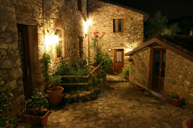 Borgo Giusto - vicolo in notturna Solo su http://selection.corriere.it/, fino al 24 luglio.