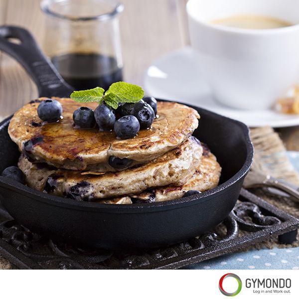 Pancakes: Pancakes sind nicht gleich Pancakes. Sie müssen nicht fettig, süß und ungesund sein. Mit nur zwei gesunden Zutaten kannst du Pancakes zubereiten, die sich geschmacklich nicht von den normalen Pancakes unterscheiden, aber eben viel gesünder sind. Die Devise ist: Banane und Eier. Ein echtes Sportlerfrühstück. || Noch mehr leckere und gesunde Rezepte findest Du kostenlos in der GYMONDO App >>> https://itunes.apple.com/de/app/gymondo-fitness-programme/id1011796416?mt=8