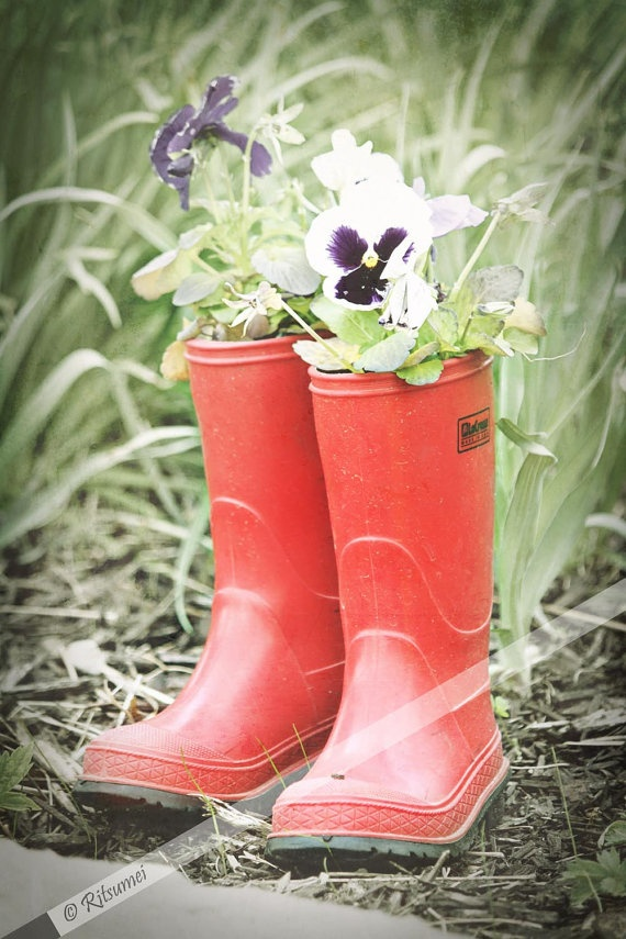 30 best images about boot planters on pinterest for Recycled garden ideas pinterest