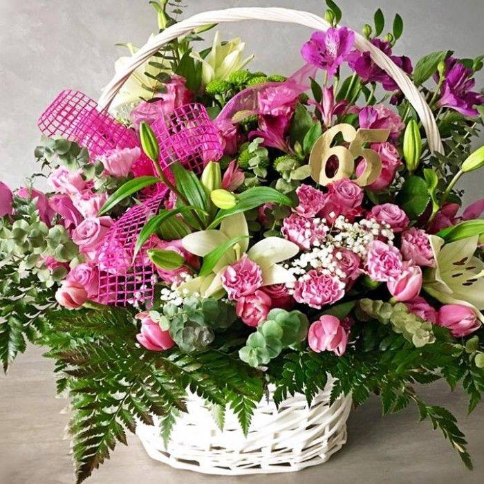 BUKIETY - WWW.BIALEKWIATY.PL kosz kwiatów na urodziny, urodzinowe kwiaty, biały koszyk, różowe kwiaty, organizacja urodzin