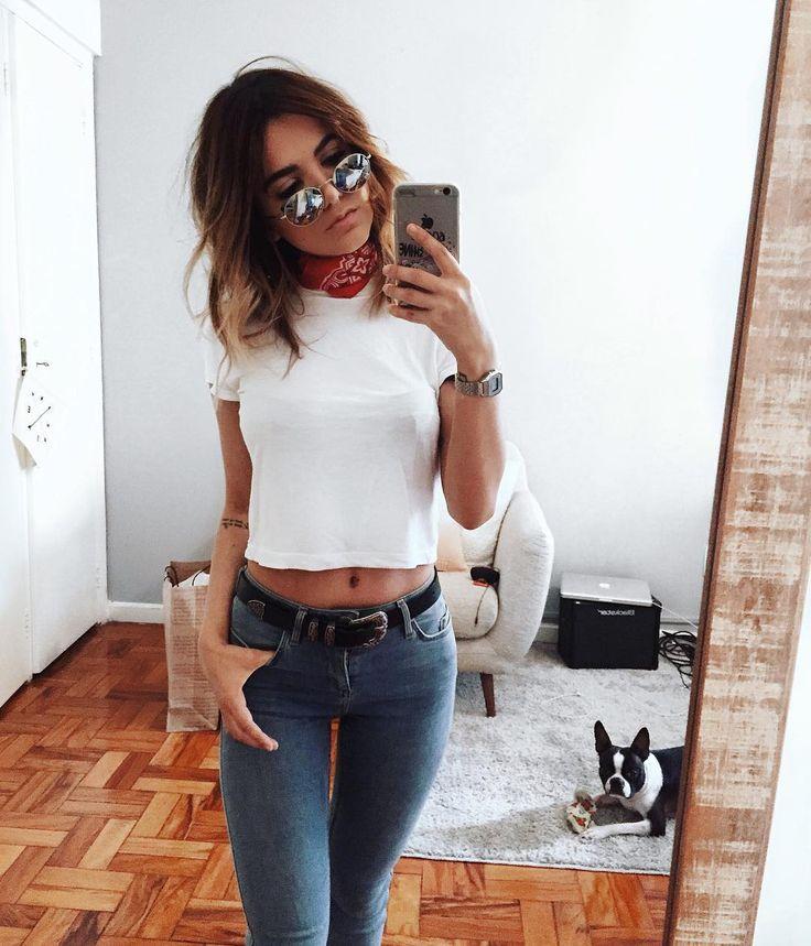 Cropper de branco básico/ calça jeans /sinto preto /e pra sair tanto do Básico  uma banana vermelha no pescoço / Óculos escuro/ acessório...