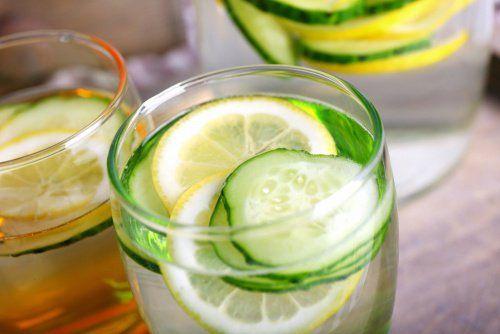 Refresca la tarde con una #deliciosa #agua de #pepino con #limón y #menta, además de hidratarte es deliciosa.
