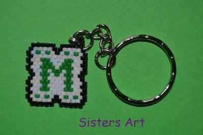 Portachiavi con ciondolo personalizzato con iniziali, realizzato con perline delica, by Sisters Art, in vendita su http://www.misshobby.com/it/negozi/sisters-art