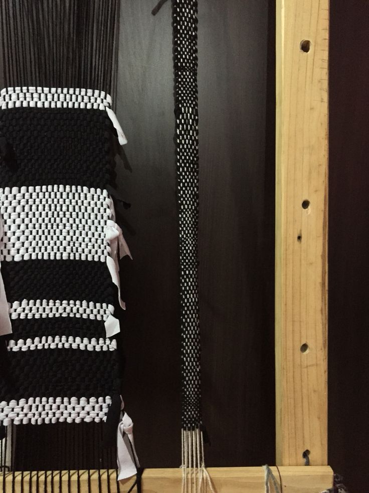Tejido en telar con retazos de tela. Blanco y negro. Black and white weaving textile