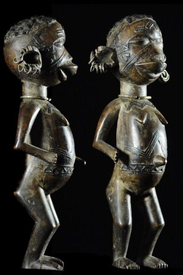 """Les premières sculpturesMakondeconnues représentaient des personnages féminins, que qui a longtemps laissé croire que les statues masculines n'existaient pas, ce qui est bien entendu inexact. Les sculptures sont de taille comprise entre 20 et 80 cm aux formes rondes et délicates atteignant divers niveaux de perfection. La pose est une attitude dite """"de repos"""" bras le long du corps et dans de rares cas avec les avants bras repliés, en pose dite """"de danse"""". Pieds ..."""