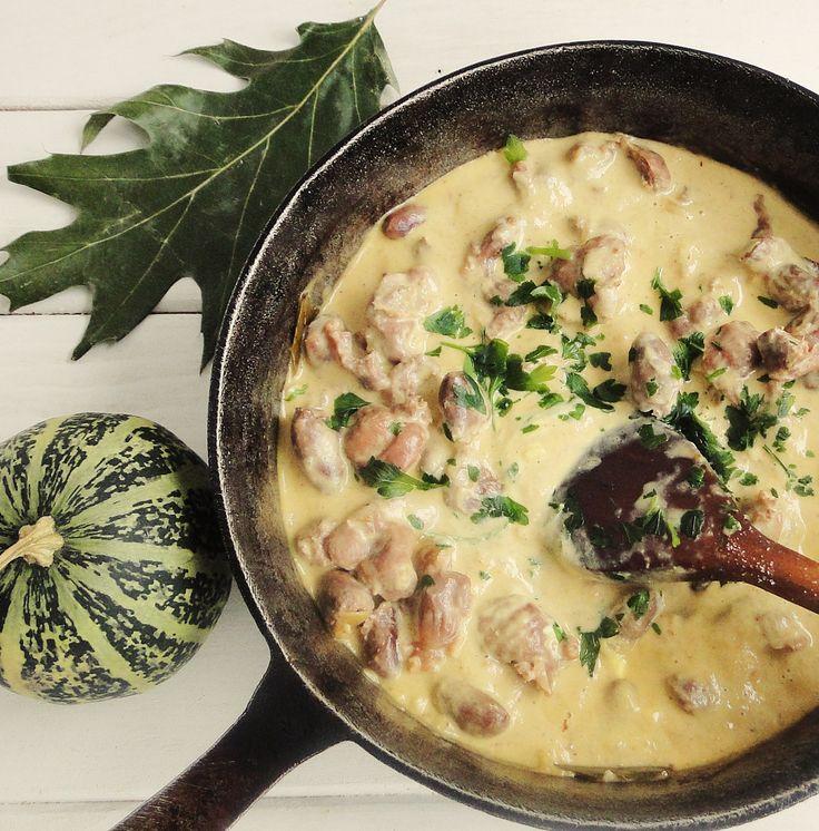 Reteta culinara Inimi si pipote de pui in sos de smantana cu usturoi din categoria Pui. Cum sa faci Inimi si pipote de pui in sos de smantana cu usturoi