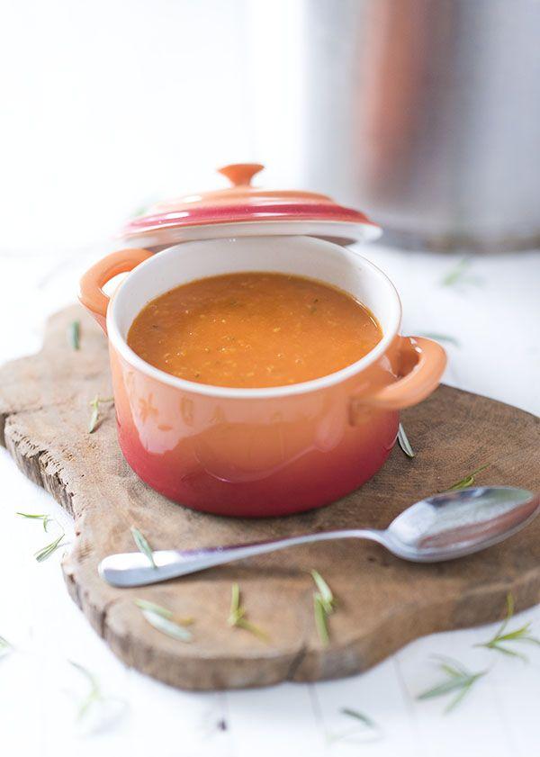 Weg met de blikken en pakjes soep! Wij delen een simpel recept van Voedzaam & Snel voor een heerlijke, verse tomatensoep met rozemarijn.