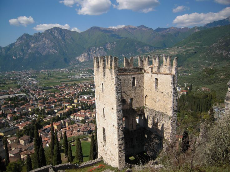 Rovine del castello e sotto, il paese di Arco