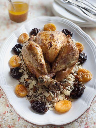feuille de laurier, pruneaux, poularde, citron, épice, oignon, abricot, beurre, raisins secs, amande, amande, riz blanc, sel, orange, céleri