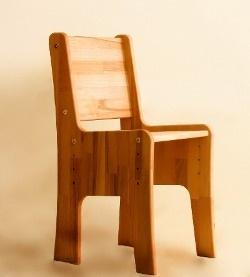 Детский стул из натурального дерева. Габариты: 376 x 336 x h663.Высота сидения регулируется в зависимости от роста ребенка. Подходит для детей от 1 до 1,6 м. На фото за партой девочка 9-ти лет и 4-х лет (вариант окраски - дуб).