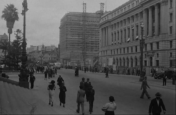 Final da década de 30 - Praça Ramos de Azevedo. Escadarias do Teatro Municipal. A direita o edifício Alexandre Mackenzie. Ao fundo a direita o edifício Matarazzo em construção.