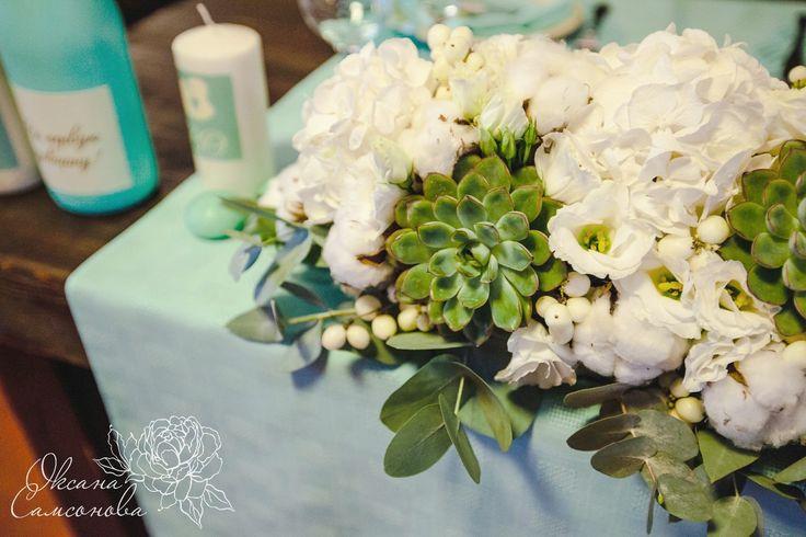 Мятная свадьба Цветы на столе жениха и невесты: хлопок, гортензия, эустома, снежноягодник, эвкалипт