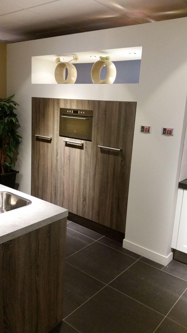 Demi kasten zijn ingebouwd, maar kunnen ook vrijstaand worden geplaatst. Inbouwapparatuur is hoofdzakelijk van Whirlpool.  http://www.grando.nl/vestigingen/grando-hoorn