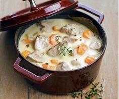 La blanquette de veau est un plat complet typiquement français à base de viande de veau bouillie, de carottes et de sauce au beurre.