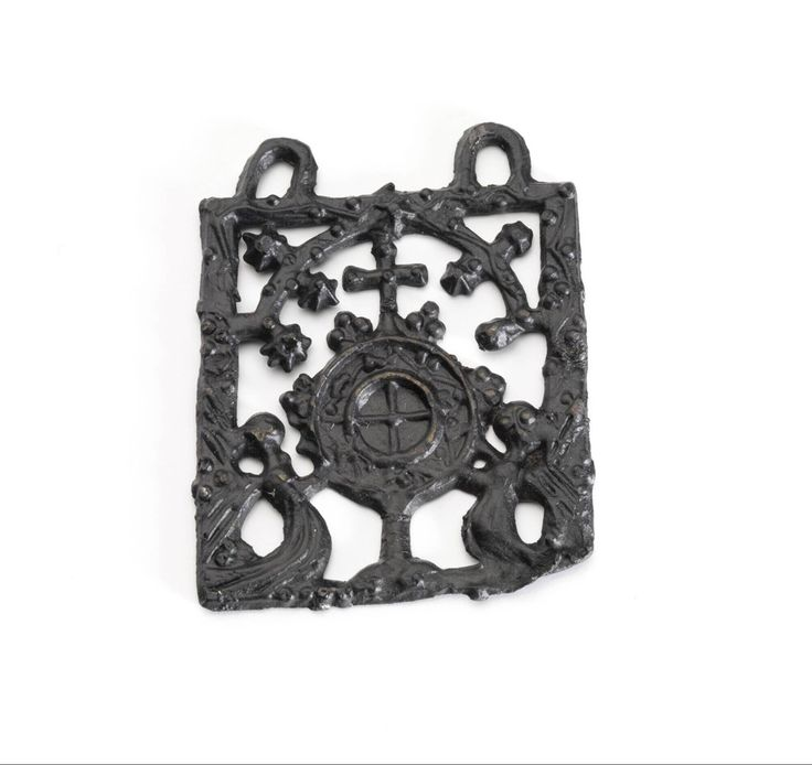 pilgrim badge 1450 - 1550 Dimensions h. 4.1 x w. 3.4 x d. 0.2 cm Material and technique pewter-lead alloy