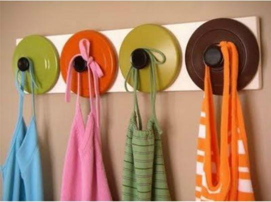 Conexão Décor tampas como cabides para ideias criativas e charmosas para a cozinha http://conexaodecor.com/2017/10/16-ideias-criativas-e-charmosas-para-cozinha-que-voce-pode-fazer/