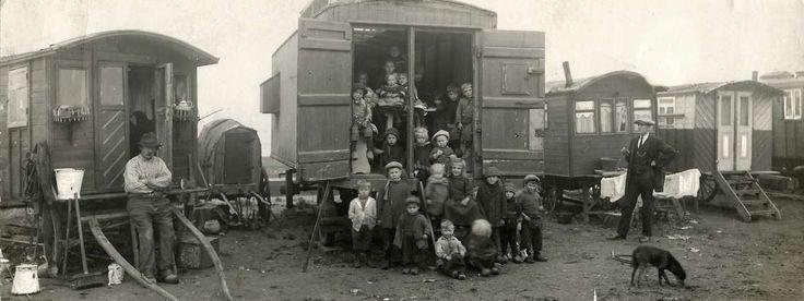 Zigeuners : School in het Zigeunerkamp aan de Noordoever. Kinderen poseren bij de ingang van een woonwagen. Nederland, Amsterdam, 1917.