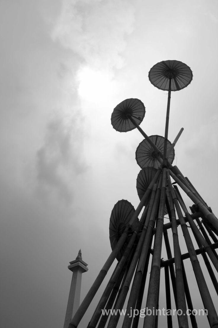 Black White Instalasi Bambu di Monas