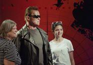 Arnold Schwarzenegger assusta fãs em museu de cera