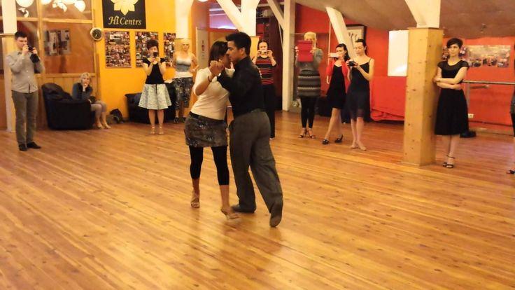 Sebastián Achaval and Roxana Suarez - Caminata, argentine tango lesson (...