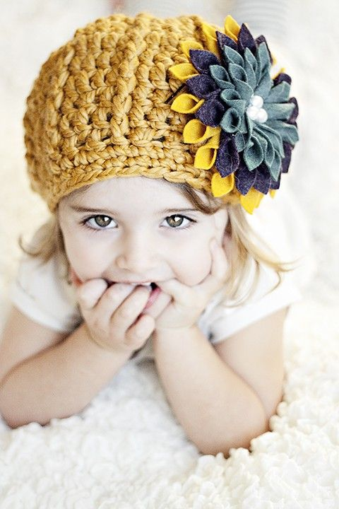 Little girl felt flower knit hat. Very pretty and simple to do! DIY with tutorial :D - Click image to find more Kids Pinterest pins