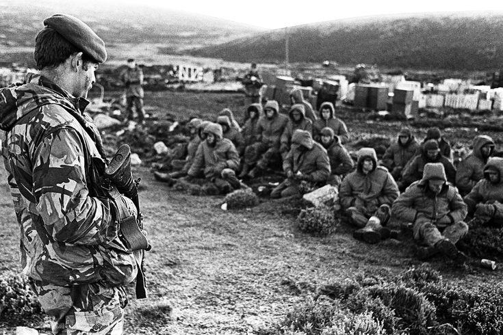 """El Informe Rattenbach destacó la actuación profesional del Batallón de Infantería de Marina 5, los pilotos de la Fuerza Área, la artillería y la aviación del Ejército. Los ingleses -y en especial el general Julian Thompson- sintetizaron el valor de nuestros soldados: """"No fue un pic nic"""""""