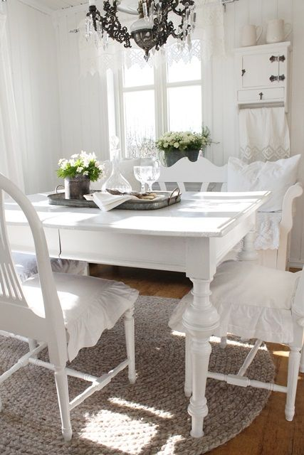 White Scandinavian shabby chic dining room   VIBEKE DESIGN